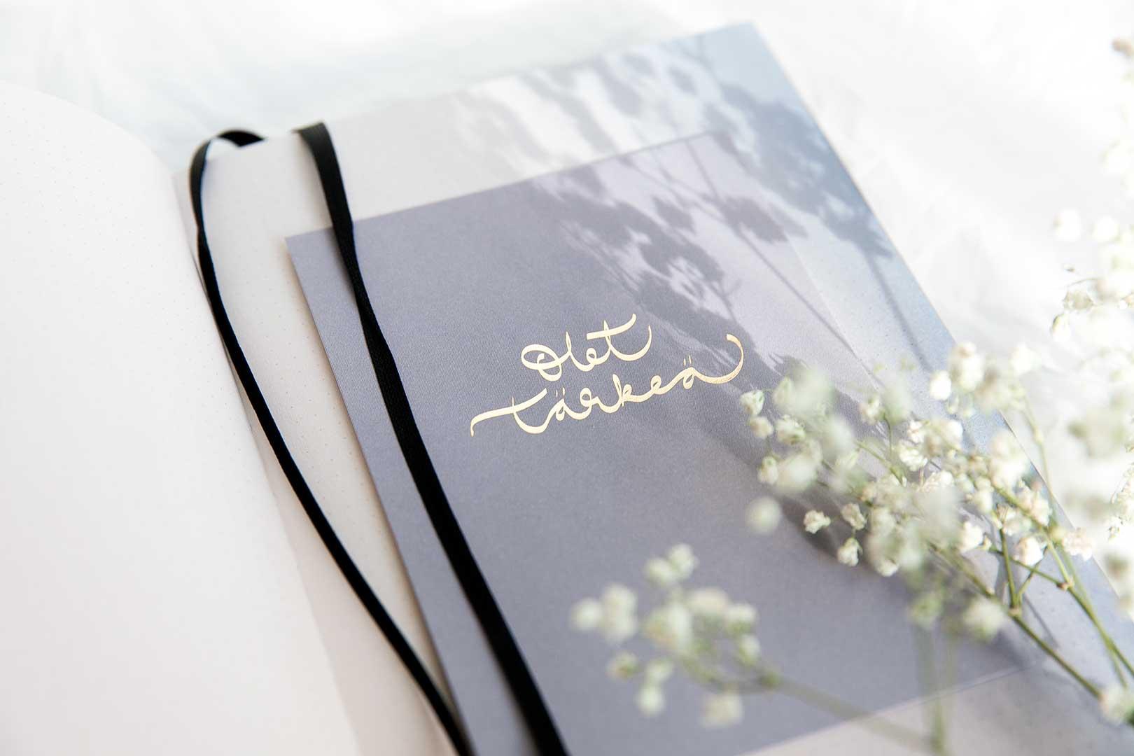 postikortti, modernit ja herkät kalligrafiat sekä murretut sävyt – Annika Välimäki